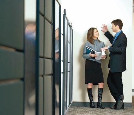16 Semne de flirt la locul de muncă pentru a spune dacă un coleg se lovește de tine |