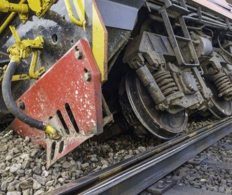 Accident pe calea ferată! Vagonul trenului a fost aruncat de pe șine