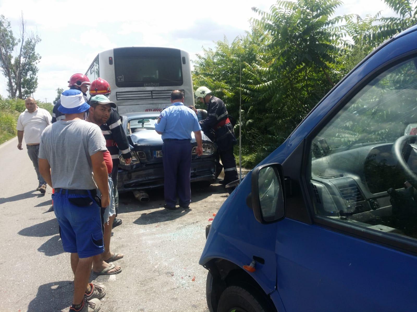 Panică în autobuz, zeci de persoane transferate în urma unui accident