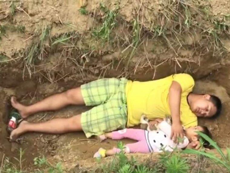 Un tată disperat i-a pregătit mormântul fiicei sale. Motivul sfâşietor pentru care o duce zilnic acolo