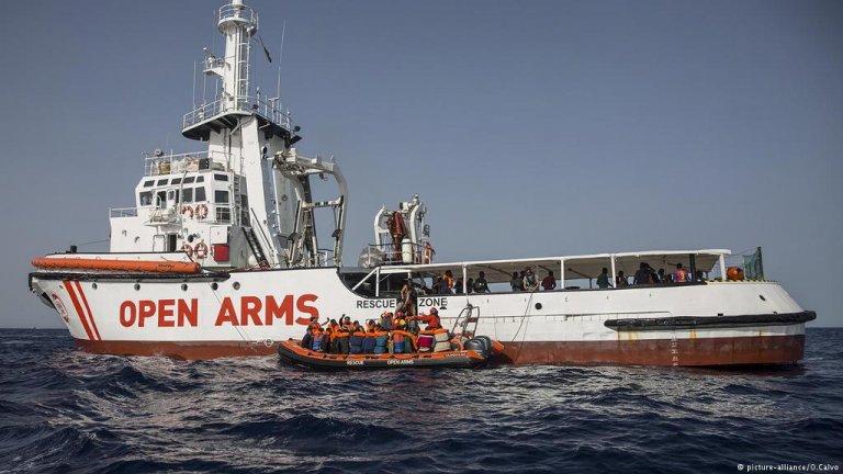 Situație disperată în Mediterană: 10 migranți s-au aruncat de pe nava Open Arms