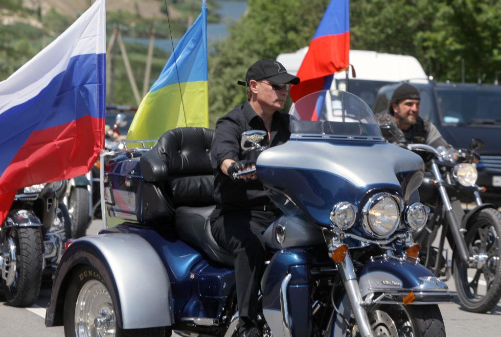 """VIDEO de excepție! Putin, pe motor cu """"Lupii nopții"""" în timp ce Moscova fierbea"""