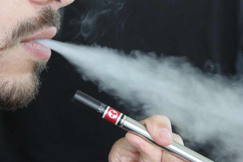 Pericol neaşteptat pentru cei care fumează ţigări electronice. Ce pot păţi utilizatorii