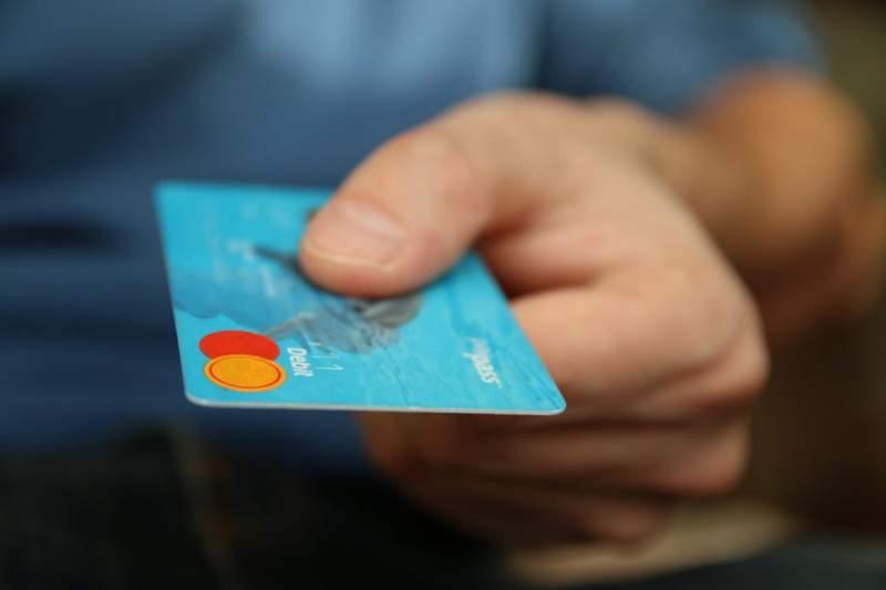 Riști să rămâi fără bani dacă faci asta! Adevărul despre carduri și telefoane