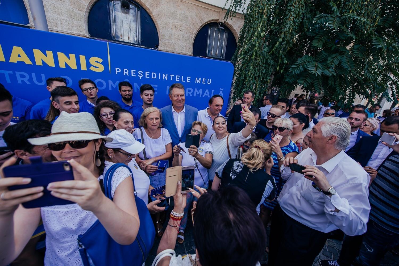 """Iohannis, """"cel mai serios candidat"""", spun românii care au semnat pentru susținerea lui"""