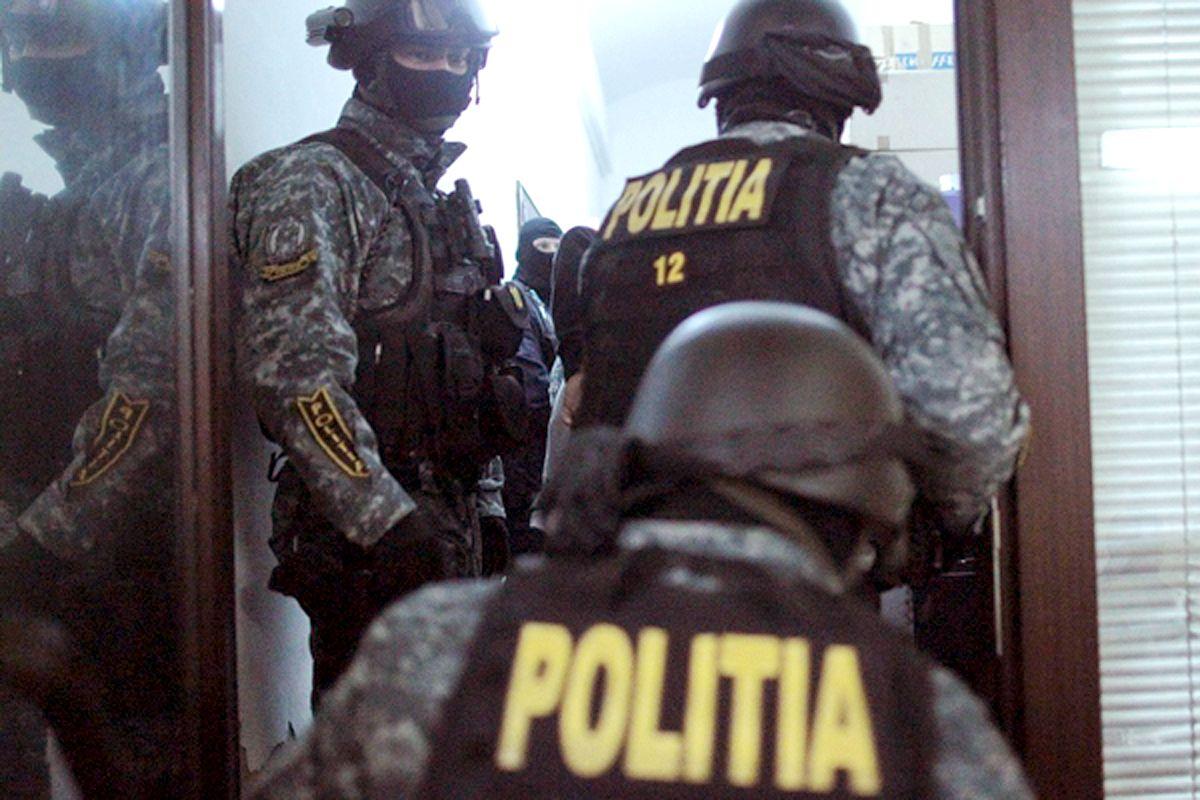Bancnote falsificate în România! Mascații au intrat peste interlopi în case
