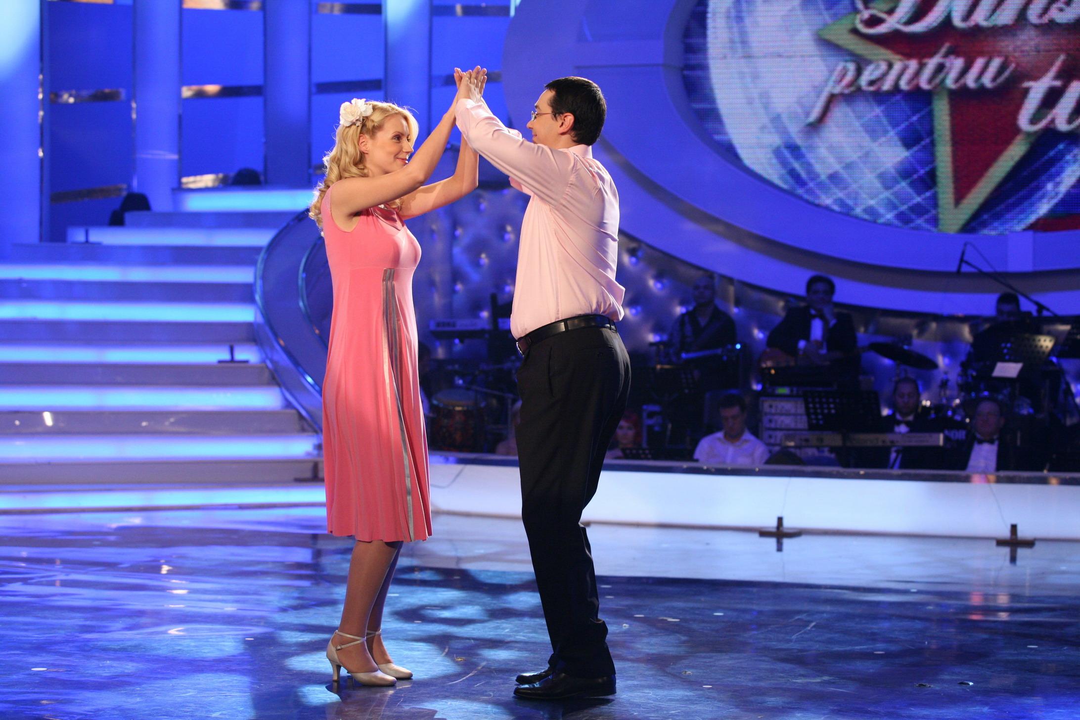 Politicienii râd, cântă și dansează! Imagini pe care le-ar dori dispărute!