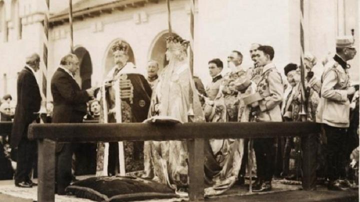 """15 octombrie – Ziua în care regina Maria a îngenuncheat în fața lui """"Nando"""" pentru a primi coroana României"""
