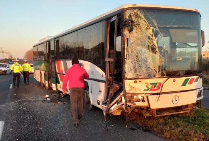 Accident rutier grav. Un autocar plin cu oameni, făcut praf de o platformă