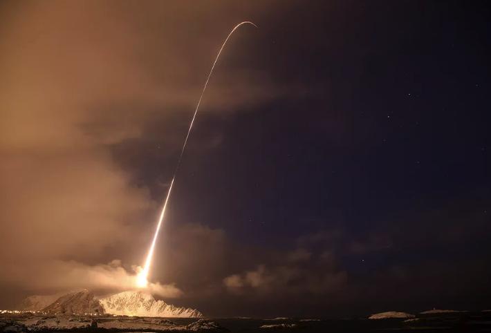 La un pas de dezastru. Rusia își activează armele nucleare pentru prima oară