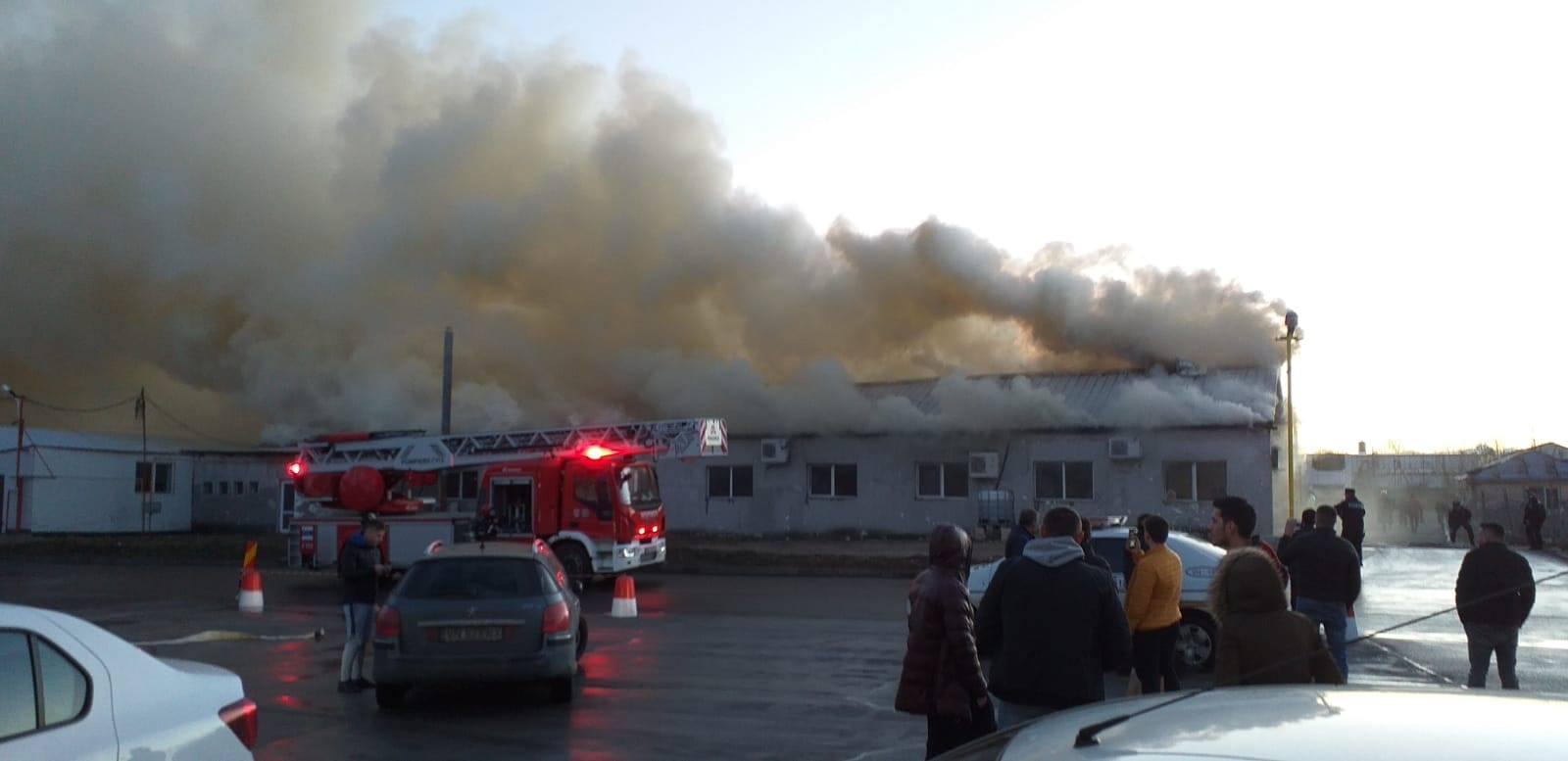 Incendiu devastator la o fabrică de confecții din Focșani. A ars în întregime