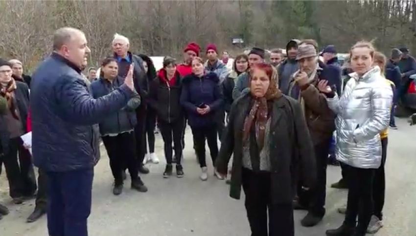 Paranoia Coronavirus. Argeșenii protestează cu ciomege și topoare. Nu vor bolnavi la ei în sat!