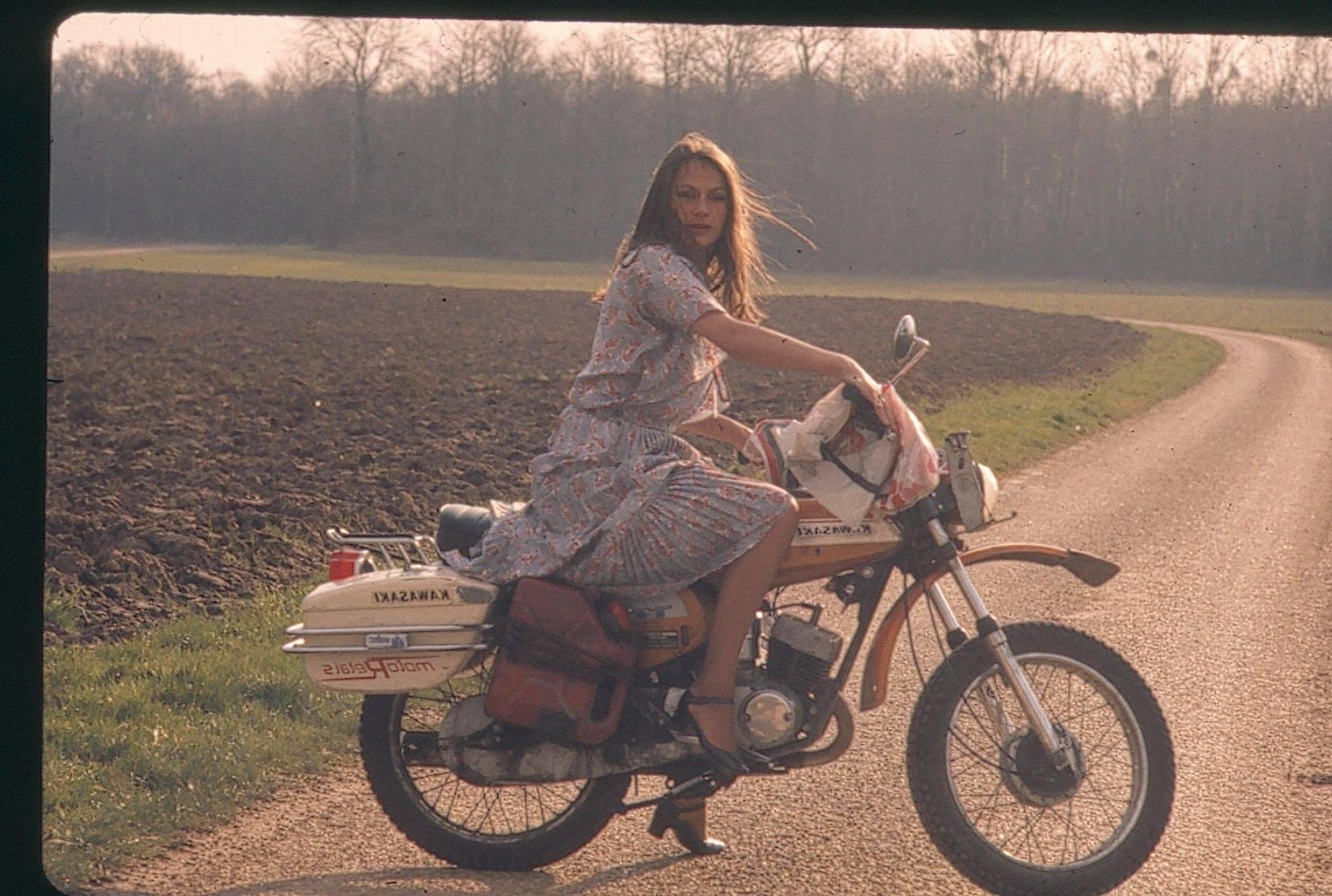 Povestea primei femei care a călătorit solo în jurul lumii, pe motocicletă