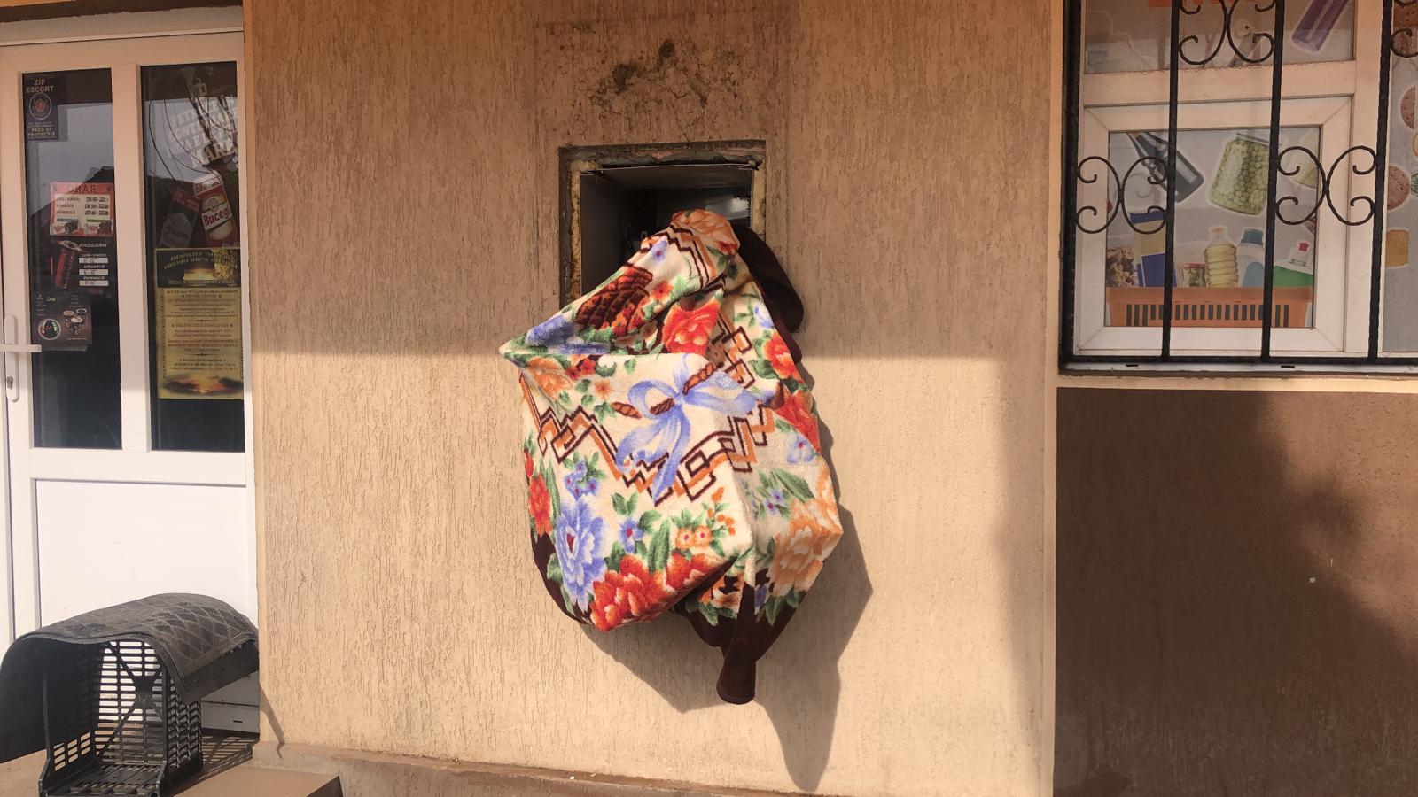Atac la singurul bancomat din localitate. L-au aruncat in aer și au fugit cu banii