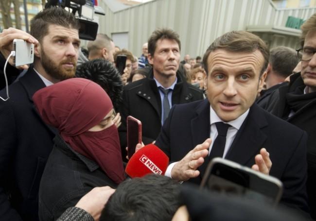 Fotografia care a scandalizat Franța: Sfidarea Islamului chiar sub nasul lui Macron