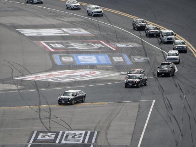 Unic: Trump a intrat cu limuzina blindată pe pista de curse de la Daytona 500