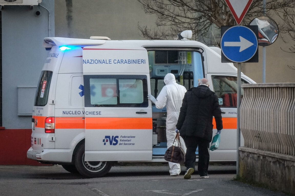 "Coronavirus: Angajat Ambulanța Gorj: ""Ne-au dat costume de zidari și grădinari"""