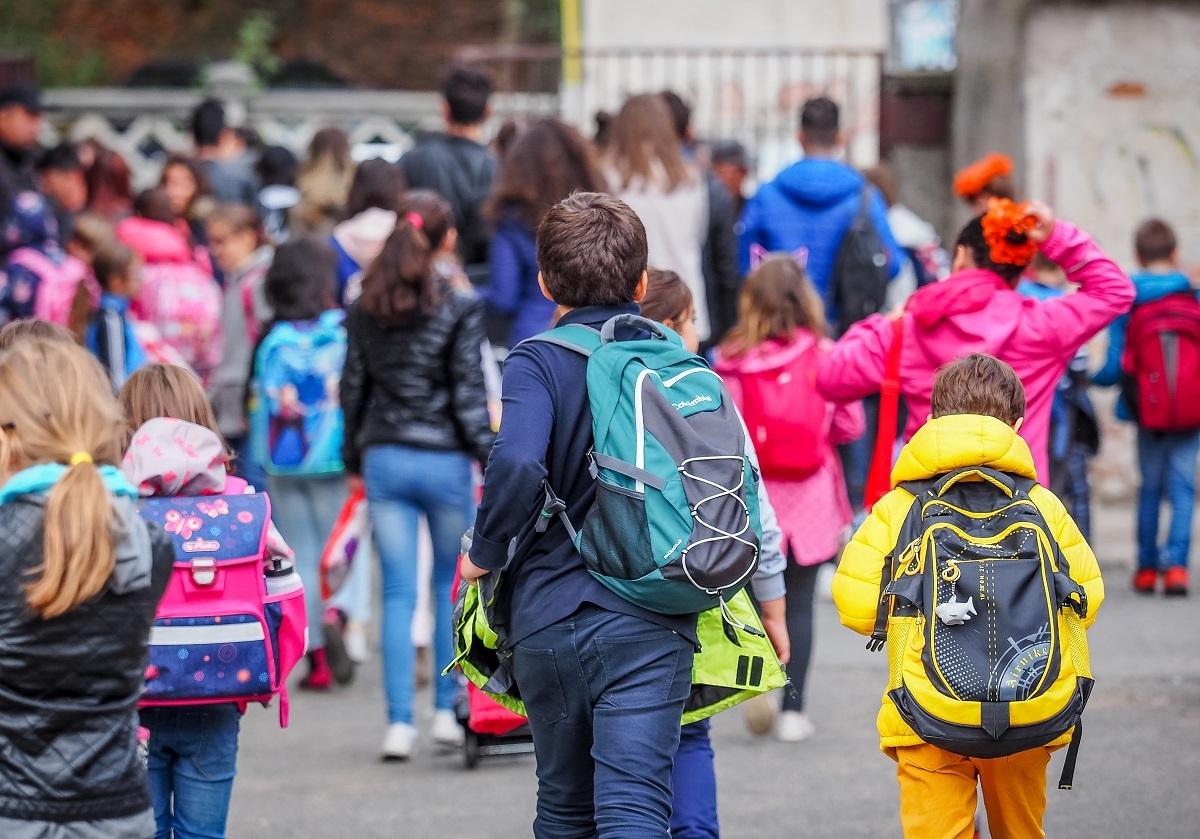 Bucurie mare pentru elevi! Statul le oferă 200 de euro. Ce condiții trebuie să îndeplinească