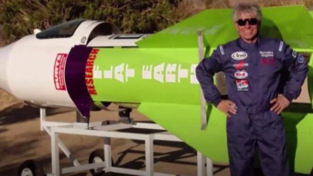 A murit în racheta sa cu aburi, încercând să demonstreză că Pământul este plat