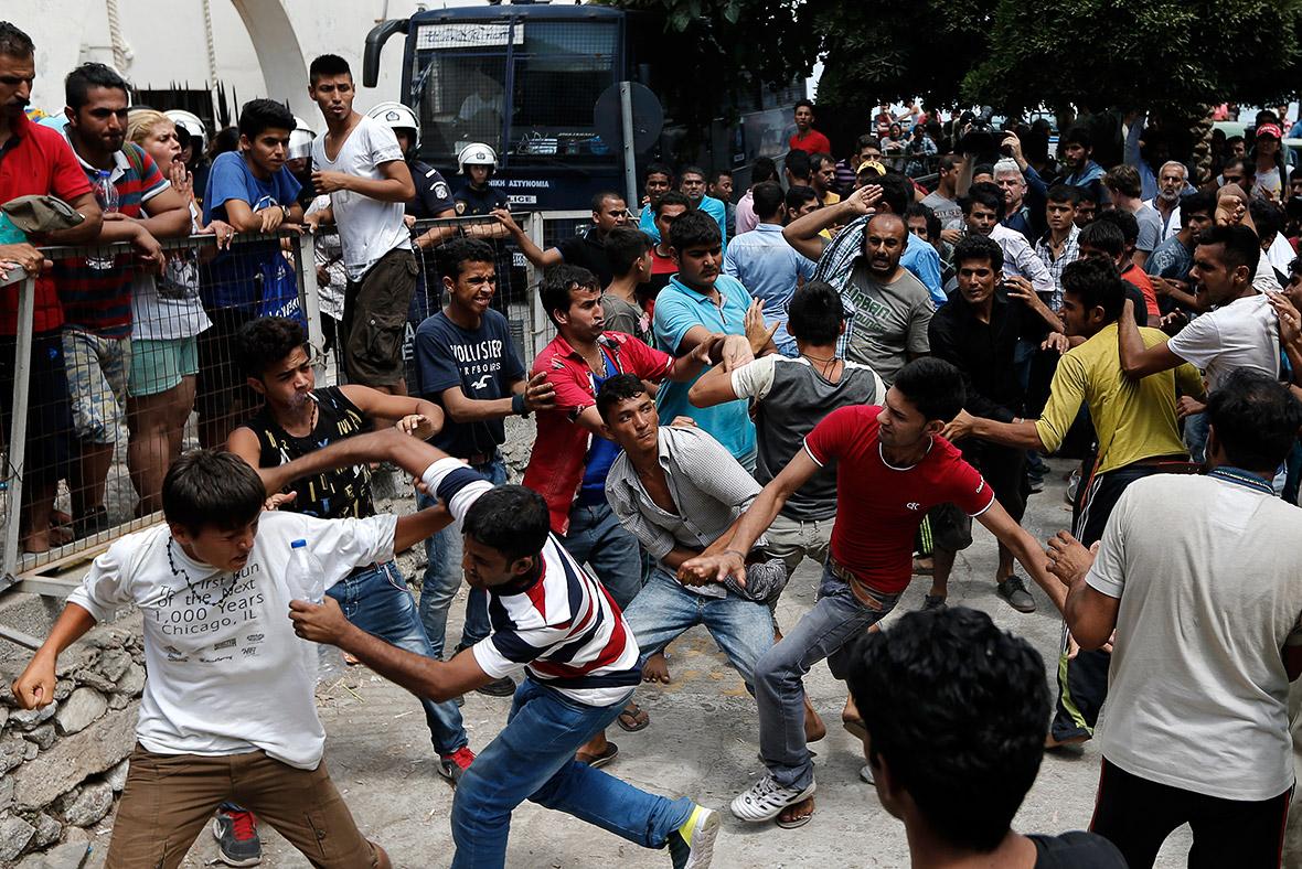 Alertă pe continent: Turcia lasă hoardele de refugiați să ia cu asalt Europa!