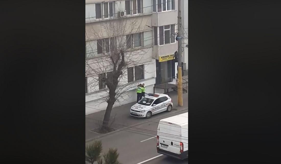 Imagini penibile la Constanța: Trei mașini și 7 polițiștii se chinuie să legitimeze un om