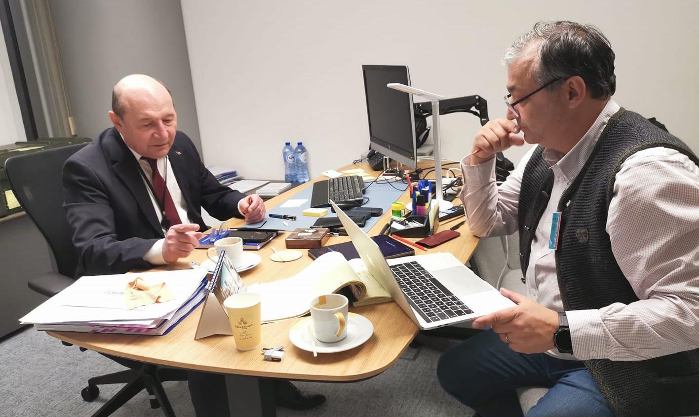 Pune-i o întrebare-cheie lui Traian Băsescu! Dan Andronic te invită să participi la Cartea Deceniului