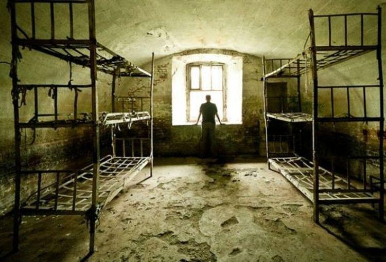 Evz TV. Femeia-drac își iniția nebunii în bătăia cu creionul peste testicule! România șocantă