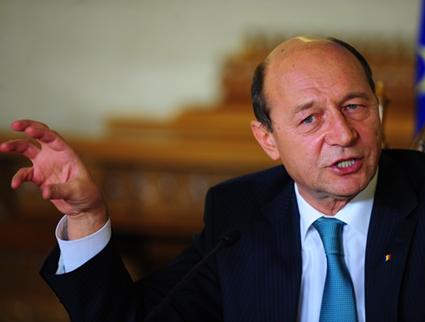 """Băsescu dă alarma: """"Fiecare pensionar, furat de guvernul PNL şi fostul guvern PSD"""""""