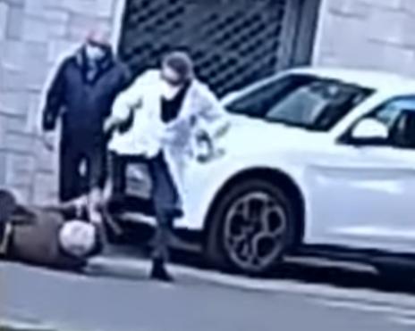 Bătrân călcat pe cap de un medic. Atenție, scene îngrozitoare! – VIDEO