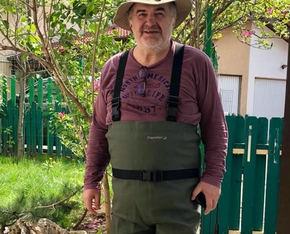 """Florin Călinescu s-a întors la origini. Izolat la gospodăria de la țară, """"are de furcă"""" cu 83 de găini, 5 porci și 42 de bibilici"""