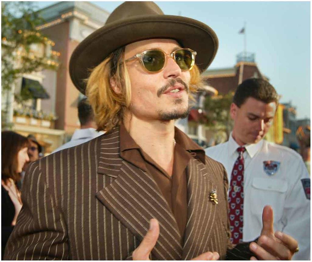 Drogat şi beat, Johnny Depp doarme pe podea, îmbrăcat… Foto în articol. Şocant!