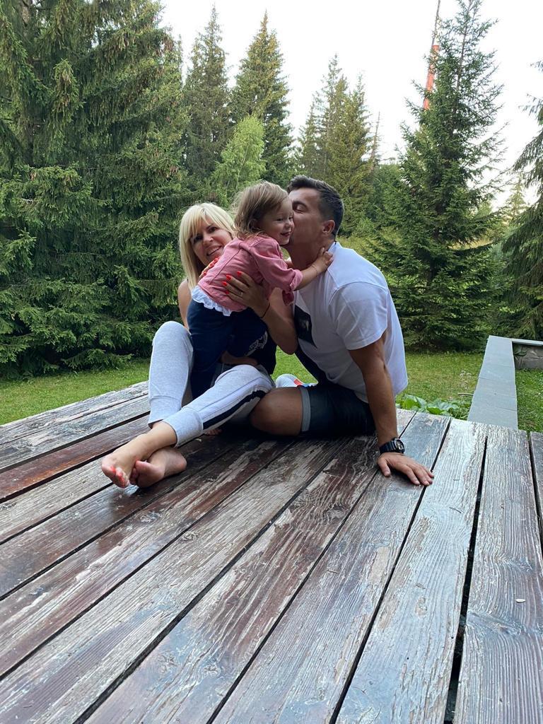 Exclusiv. Decizie neaşteptată a Elenei Udrea! Unde îşi duce fetiţa FOTO