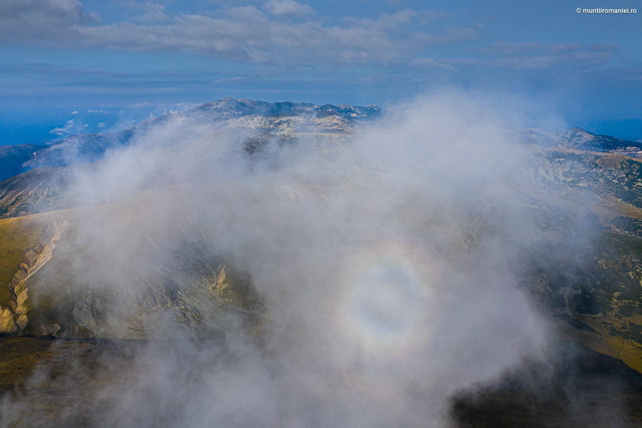 Apariție divină sau un fenomen rar în munții României. Imaginea care dă fiori